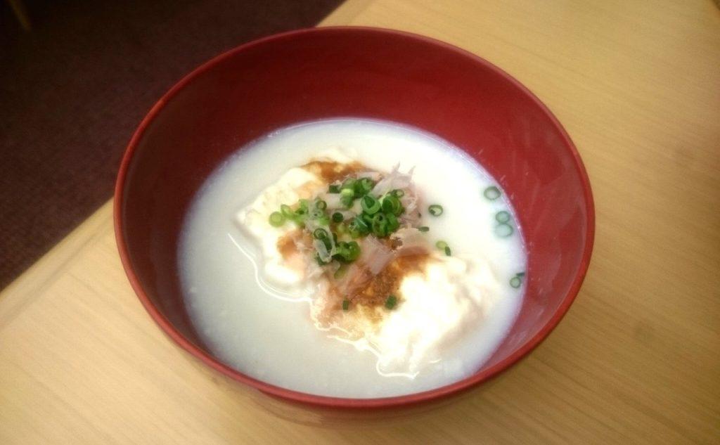 大正屋の朝食の温泉湯豆腐