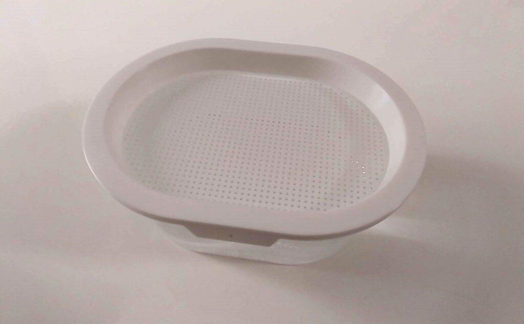 おうちでベジのアミ皿の上に水を均等に広げる